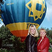 Winterpresentatie TROS Baarn, Linda de Mol en Monique van der Ven voor de TROS ballon
