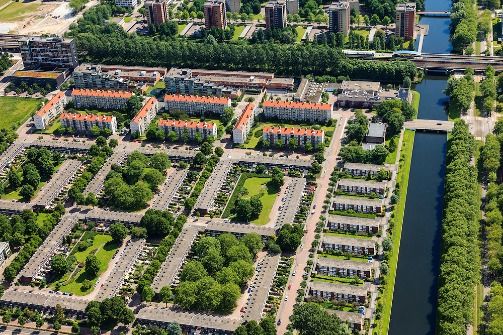 Nederland, Noord-Holland, Amsterdam, 14-06-2012; Slotervaart, met rechts het water van de Slotervaart langs de Plesmanlaan. De L-vormige blokken in het onderste deel van de foto vormen Blueband-dorp. Aan de Jacques Veltmanstraat de flats met rode rode daken en nieuwbouw. Boven in beeld de ringspoorbaan met station Heemstedestraat. .De buurt is onderdeel van de Westelijke Tuinsteden, gerealiseerd op basis van het Algemeen Uitbreidingsplan voor Amsterdam (AUP, 1935). Voorbeeld van het Nieuwe Bouwen, open bebouwing in stroken, langwerpige bouwblokken afgewisseld met groenstroken. ..QQQ.luchtfoto (toeslag), aerial photo (additional fee required).foto/photo Siebe Swart