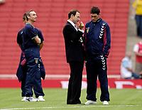 Photo: Daniel Hambury.<br />Arsenal v Aston Villa. The Barclays Premiership. 19/08/2006.<br />Villa's manager Martin O'Neill talks with Gareth Barry (R) before the match.