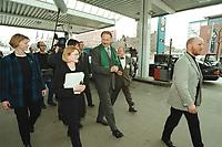 04 APR 2001, BERLIN/GERMANY:<br /> Juergen Trittin, B90/Gruene, Bundesumweltminister, auf einer Tankstelle, anlaesslich der Inbetriebnahme der Ersten Ersgas Zapfsaeule Berlins, Elf Tankstelle, Holzmarkt Str. 36<br /> IMAGE: 20010404-01/02-28<br /> KEYWORDS: Jürgen Trittin, Auto, Car, tanken