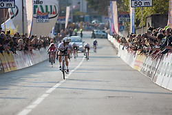 Lizzie Armitstead (Boels-Dolmans Cycling Team) looks back at her opponents in the last meters of the Trofeo Alfredo Binda - a 123.3km road race from Gavirate to Cittiglio on March 20, 2016 in Varese, Italy.