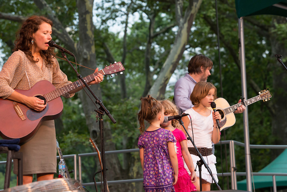 Sarah Lee Guthrie with 3 of Arlo's grandchildren two of whom are her daughters. Carrying on the family tradition of passing along songs, five of Arlo's grandchildren joined them on stage.