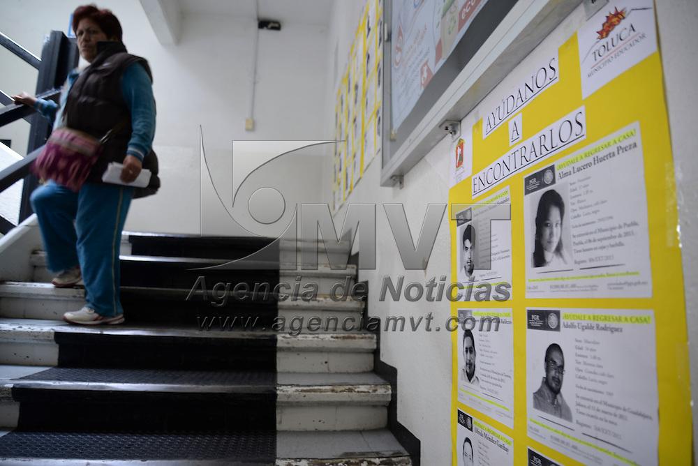 Toluca, México.- En algunos edificios administrativos de Toluca se han instalado carteles con fotografías de personas desaparecidas en diversos estados de la República Mexicana, y solicitan ayuda de la población para poder localizarlos y regresen a sus hogares. Agencia MVT / Crisanta Espinosa