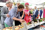 Zijne Majesteit Koning Willem-Alexander en Hare Majesteit Koningin Máxima bezoeken de provincie Flevoland.Koning en Koningin maken een wandeling naar de lokale markt en koningin Maxima krijgtr een zak met fruit<br /> <br /> His Majesty King Willem-Alexander and Máxima Her Majesty Queen visits the province of Flevoland.King and Queen stroll to the local market and Queen Maxima krijgtr a bag of fruit