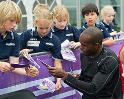 30-07-2011 ATLETIEK: NK OUTDOOR: AMSTERDAM<br /> Chyrandy Martina deelt handtekeningen uit aan jeugdige fans<br /> ©2011-FotoHoogendoorn.nl / Peter Schalk