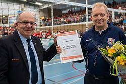 21-04-2019 NED: VC Sneek - Sliedrecht Sport, Sneek<br /> Final Round 2 of 5 Eredivisie volleyball - Sliedrecht Sport win 3-0 / Koos Nederhoed, referee of the season 2018-2019, Jan Koehorst