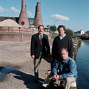Jan Geesink, Leo de Weert en Rob de Boerm (vlnr) op de plek waar de botterwerf komt haven van Huizen