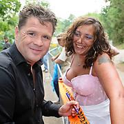 NLD/Westerhoven/20080531 - TROS muziekfeest op het plein, Wolter Kroes deelt handtekeningen uit aan fans