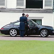 Koninginnedag 2001 Soestdijk, Pins Claus stapt in de porsche van Friso