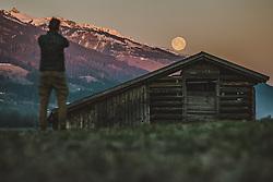 THEMENBILD - ein Mann fotografiert mit seinem Smartphone den Supermond über den Bergen, aufgenommen am 08. April 2020 in Piesendorf, Österreich // a man photographs the supermoon over the mountains with his smartphone, Piesendorf, Austria on 2020/04/08. EXPA Pictures © 2020, PhotoCredit: EXPA/ JFK