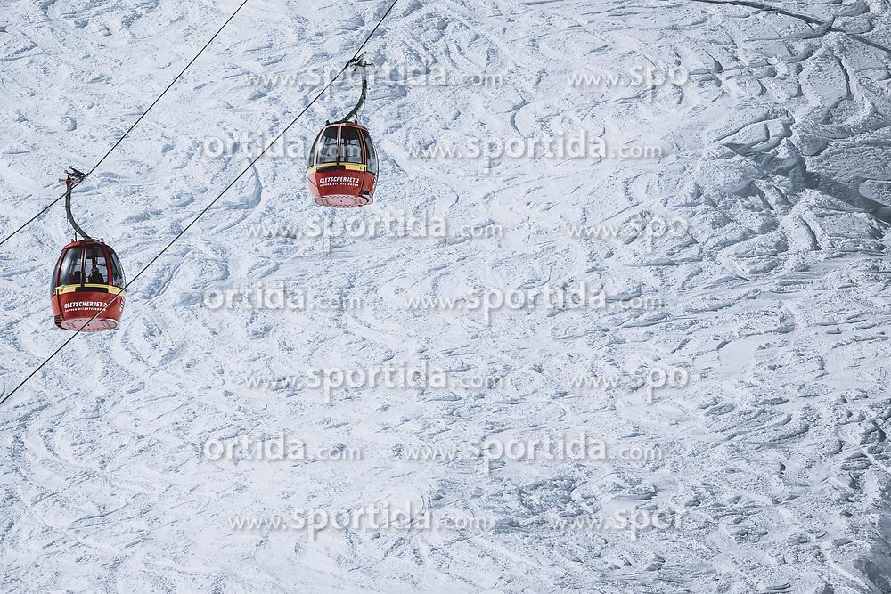 THEMENBILD - Spuren von Skifahrern im Tiefschnee neben den Gondeln am Kitzsteinhorn Gletscher Skigebiet, aufgenommen am 09. April 2021 in Kaprun, Österreich // Skiers' tracks in deep snow next to the gondolas at the Kitzsteinhorn glacier ski area, Kaprun, Austria on 2021/04/09. EXPA Pictures © 2021, PhotoCredit: EXPA/ JFK