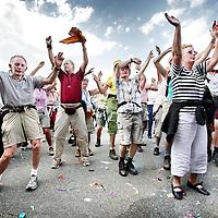 Nederland,Nijmegen ,17 juli 2007..Deelnemers  dansen en ontspannen na finish van de eerste dag tijdens de Nijmeegse Vierdaagse.
