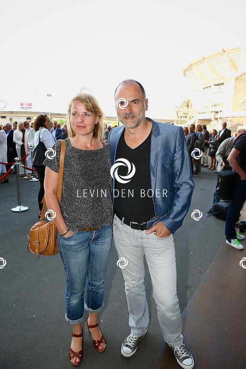 AMSTERDAM - Niet eerder trad de 71-jarige theaterdiva Barbra Streisand op in Nederland. Ze doet Nederland aan in het kader van haar tournee Barbra Streisand Live. Velen bekende Nederlanders kwamen natuurlijk hier een kijkje nemen. Met op deze foto Leo Blokhuis en Ricky Koole. FOTO LEVIN DEN BOER - PERSFOTO.NU