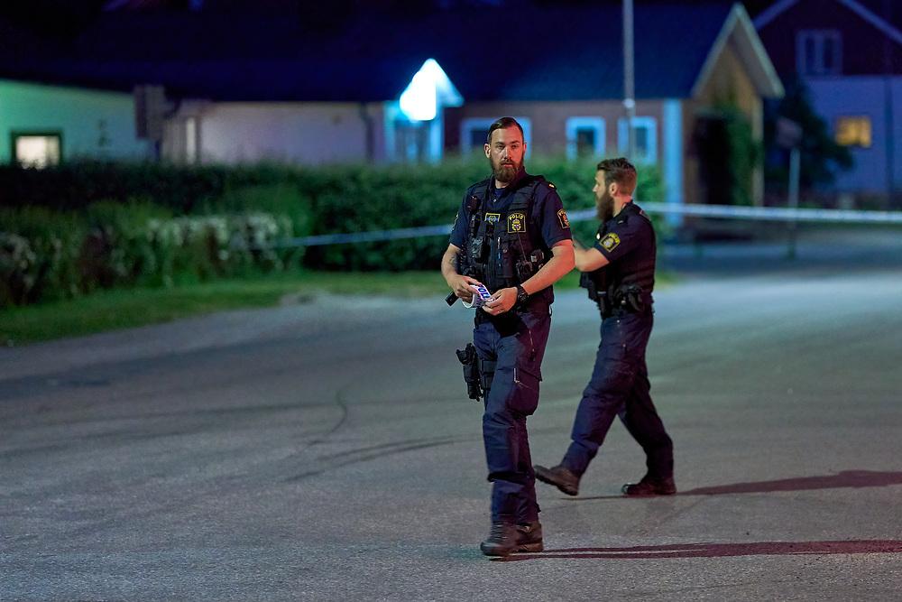 LÖNSBODA 2021-06-11<br /> Polis larmas till Lönsboda med anledning av en skottlossning. Vid framkost konstateras att en jourbutik blivit beskjuten.<br /> <br /> Foto: Peo Möller/LocalEyes<br /> <br /> skottlossning, polis, jourbutik, Lönsboda, avspärrning, kväll,