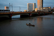 Recife_PE, Brasil..Barco de Pesca em canal em Recife, Pernambuco. Na foto a ponte Mauricio de Nassau...Fishing Boat on canal in Recife, Pernambuco. In the photo the bridge Mauricio de Nassau...Foto: JOAO MARCOS ROSA / NITRO