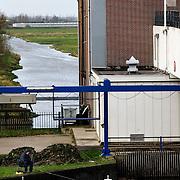Nederland Zevenhuizen 16 november 2008 20081112 Foto: David Rozing ..Serie Zuidplaspolder, abraham kroes gemaal ..De Zuidplaspolder is de laagste plek in Nederland en Europa, het laagste punt in de polder meet 6,76 meter onder NAP. Omdat het gebied zo laaggelegen is zijn  plannen voor deze polder omstreden/ is er een felle discussie over.  .De Zuidplaspolder is in de Nota Ruimte aangewezen als één van de grote ontwikkelingslocaties in Nederland.  Er moeten 15.000 tot 30.000 nieuwe woningen komen, 150 tot 250 ha bedrijventerreinen, mogelijk 200 ha extra glastuinbouw en waterberging. Om deze verstedelijking mogelijk te maken wordt de grens van het Groene Hart aangepast. Duurzaamheid is een belangrijk onderdeel bij de planning en uitvoering..Het gebied is aangewezen als studielocatie voor stadsuitbreiding. Tegenstanders geven aan dat gezien de diepte van de polder waterproblematiek zich onafwendbaar zal gaan voordoen. Voorstanders geven aan dat met aanpassingen in het watersysteem en goede planning zoals wonen, werken, recreëren gepland op plekken waar dat gezien het water en de bodem het meest gunstig het een veilige omgeving zal zijn. ..Foto: David Rozing