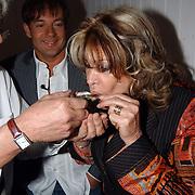 Opening beachclub Vroeger Bloemendaal, Astrid Engels eet een oester