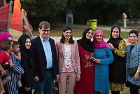 DEU, Deutschland, Germany, Berlin, 08.09.2016: SPD-Vize Ralf Stegner und die Abgeordnetenhauskandidatin Derya Caglar (SPD) beim Walk and Talk im Gespräch mit Neuköllner Bürgern (hier einer aus Libanon stammenden Familie) im Park am Buschkrug im Rahmen des Berliner Wahlkampfs.