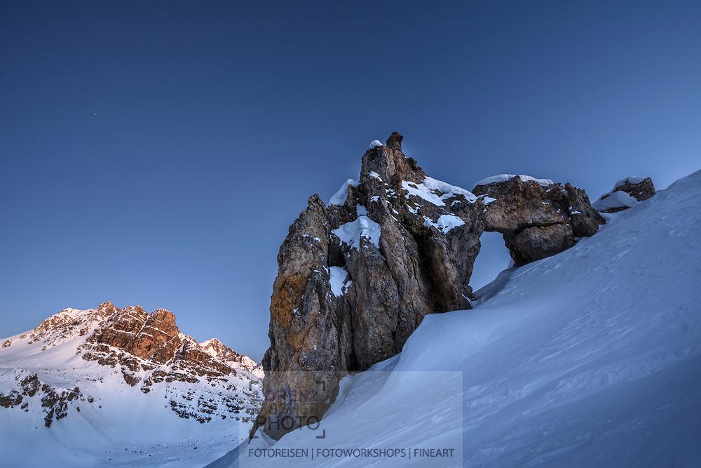 Natuerlicher Felsbogen unterhalb der Fuorcla Leget im Val d'Agnel beim Julier Pass im Januar, Kanton Graubuenden, Schweiz