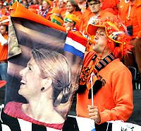 GEPA-1306081255A - BERN,SCHWEIZ,13.JUN.08 - FUSSBALL - UEFA Europameisterschaft, EURO 2008, Niederlande vs Frankreich, NED vs FRA. Bild zeigt Holland Fans. Keyword: Fahne, Schal.<br />Foto: GEPA pictures/ Walter Luger