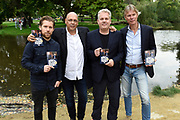 Persviewing SBS 6 Dokter Tinus & Bureau Raampoort in het Vondelpark, Amsterdam.<br /> <br /> op de foto:  Cast  Bureau Raampoort Tim Haars en Thomas Acda met Auteur Simon de Waal en Peter de Mönnink