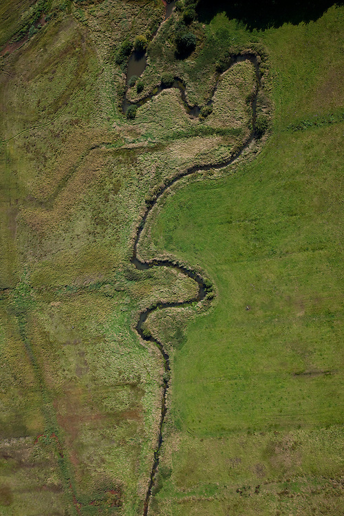 Nederland, Drenthe, Gemeente Vries, 08-09-2009; stroomdal of beekdal van de  Drentsche Aa met meanderende beek, de plaatselijk naam is Taarlosche Diep.  Het stelsel van beken zorg voor goede (naturlijke) afwatering. Drentse Aa maakt deel uit van Nationaal beek- en esdorpenlandschap Drentsche Aa (Nationaal Park en Nationaal Landschap)..Brook or stream valley of the Aa Drentsche with meandering stream. The system of streams ensure proper (natural) drainage. The region is both a national park and national landscape.luchtfoto (toeslag); aerial photo (additional fee required); .foto Siebe Swart / photo Siebe Swart