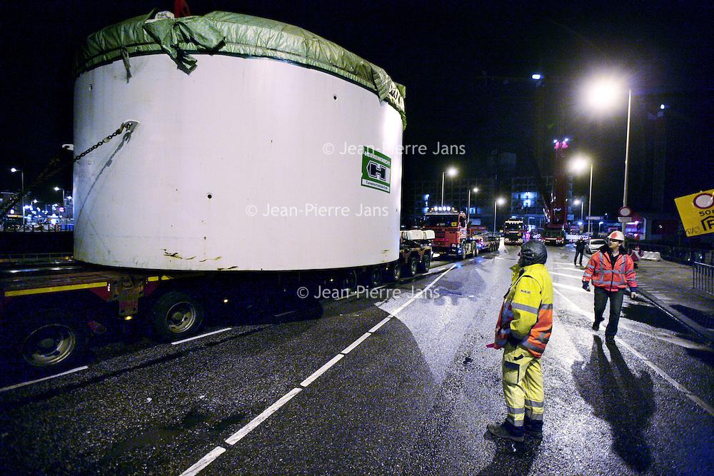 Nederland, Amsterdam , 24 november 2009..Een deel van een  schacht ligt op een trailer bij Oosterdokskade te wachten op transport naar de bouwput van de Noord Zuidlijn tegenover Centraal Station waar een boor uiteindelijk door gaat en hem in de grond boort.