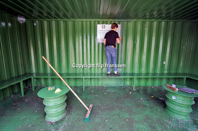 Nederland, Beek bij Nijmegen, 28-10-2020  Een jongen is bezig met het verwijderen van graffiti in de container hangplek voor de jeugd .Hij en een paar anderen voelen zich verantwoordelijk en proberen de plek weer schoon en netjes te krijgen zodat ze er kunnen blijven komen en er minder mensen klagen .Foto: ANP/ Hollandse Hoogte/ Flip Franssen
