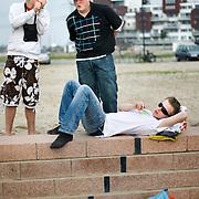 Nederland Rotterdam 19 april 2009 20090419 Foto: David Rozing ..Jongeren  chillen op strandje Nesselande, roken samen sigaretje.Youth chilling on local beach in suburb of Rotterdam, youth culture, streetculture..Foto: David Rozing