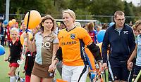 LAREN - G hockey (voor spelers met een verstandelijke beperking) spelers lopen op met de speelsters Joyce Sombroek  bij de presentatie van de teams bij de wedstrijd tussen de dames van Laren en SCHC. COPYRIGHT KOEN SUYK