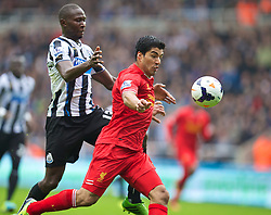 19.10.2013, St. James Park, New Castle, ENG, Premier League, ENG, Premier League, Newcastle United vs FC Liverpool, 8. Runde, im Bild Liverpool's Luis Suarez is pulled back by Newcastle United's Mapou Yanga-Mbiwa for, penalty the Newcastle player was then sent off, // during the English Premier League 8th round match between Newcastle United and Liverpool FC St. James Park in New Castle, Great Britain on 2013/10/19. EXPA Pictures © 2013, PhotoCredit: EXPA/ Propagandaphoto/ David Rawcliffe<br /> <br /> *****ATTENTION - OUT of ENG, GBR*****