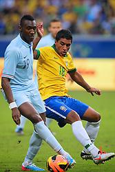 Paulinho disputa bola com Josuha Guilavogui em lance do amistoso entre Brasil e França no estádio Arena do Grêmio, em Porto Alegre (RS). FOTO: Jefferson Bernardes/Preview.com