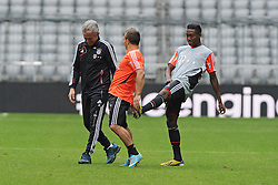 14.05.2013, Allianz Arena, Muenchen, GER, UEFA CL, FC Bayern Muenchen, Medientag, im Bild David ALABA (FC Bayern Muenchen) gibt Xherdan SHAQIRI (FC Bayern Muenchen) einen freundschaftlichen Tritt. Links Trainer Jupp HEYNCKES (FC Bayern Muenchen) // during the open media day of FC Bayern Munich in front of the UEFA Champions League Final 2013 held at the Alianz Arena, Munich, Germany on 2013/05/14. EXPA Pictures © 2013, PhotoCredit: EXPA/ Eibner/ Wolfgang Stuetzle..***** ATTENTION - OUT OF GER *****