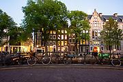 Straatbeeld van de Herengracht bij avondlicht, Amsterdam