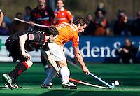 BLOEMENDAAL - , Ronald Brouwer (R) van Bloemendaal in duel met Marc Schwarz van Amsterdam, zondag tijdens de competitie wedstrijd hockey bij de mannen tussen Bloemendaal en Amsterdam (3-1).  COPYRIGHT KOEN SUYK
