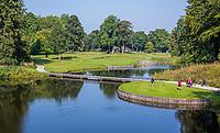 HAARZUILENS  -  Tee en green  Hole 2   met clubhuis,  Golfclub De Haar , van 9 naar 18 holes. .  COPYRIGHT KOEN SUYK