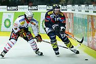 29.03.2011, Kloten, Eishockey NLA Playoff, Kloten-Flyers - SC Bern, Mark Bell (r, KLO) gegen Beat Gerber (l, BER)  (Thomas Oswald/hockeypics)