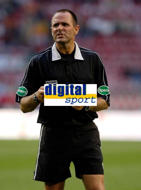 Photo: Daniel Hambury.<br />Manchester United v FC Porto. Amsterdam Tournament. <br />04/08/2006.<br />Referee Ruud Beeson.