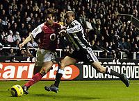 Fotball<br /> Premier League 2004/05<br /> Newcastle v Arsenal<br /> 29. desember 2004<br /> Foto: Digitalsport<br /> NORWAY ONLY<br /> Arsenal's Mathieu Flamini (L) takes on Newcastle's Kieron Dyer