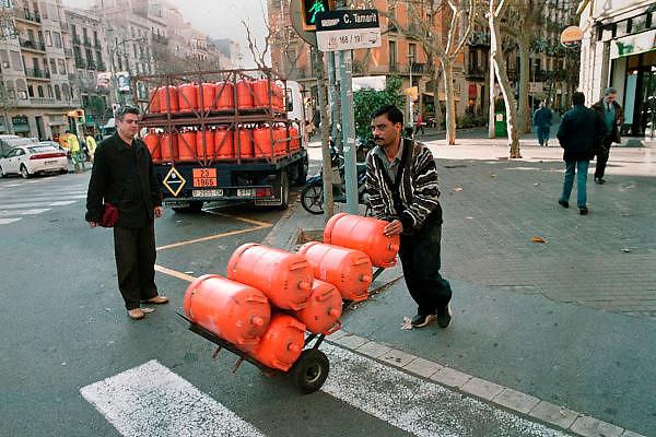 Spanje, Barcelona, 10-1-2004..Man met gasflessen loopt naar zijn klanten. Energie, veiligheid, infrastructuur...Foto: Flip Franssen