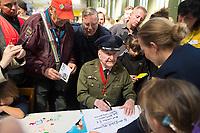 DEU, Deutschland, Germany, Berlin, 12.05.2019: US-Luftbrückenpilot Gail Halvorsen beim Fest der Luftbrücke auf dem Flughafen Tempelhof anlässlich des 70. Jahrestags des Endes der sowjetischen Blockade von West-Berlin.