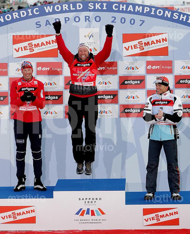Sapporo , 040307 , Nordische Ski Weltmeisterschaft  Maenner 50km Rennen ,  Podest: Frode ESTIL (NOR) , Odd - Bjoern HJELMESET (NOR) und Jens FILBRICH (GER)