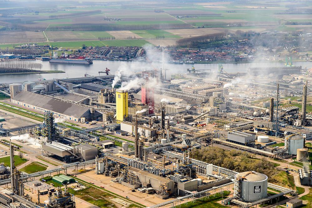 Nederland, Zeeland, Zeeuws-Vlaanderen, 01-04-2016; Sluiskil, kanaal Gent-Terneuzen,. Stikstofbindingsbedrijf Yara, fabricage van kunstmest, ammoniak, ureum, salpeterzuur, CO2 (kooldioxide).<br /> Yara, nitrogen compound company, manufactures fertilizer, ammonia, urea, nitric acid, CO2 (carbon dioxide).<br /> luchtfoto (toeslag op standard tarieven);<br /> aerial photo (additional fee required);<br /> copyright foto/photo Siebe Swart