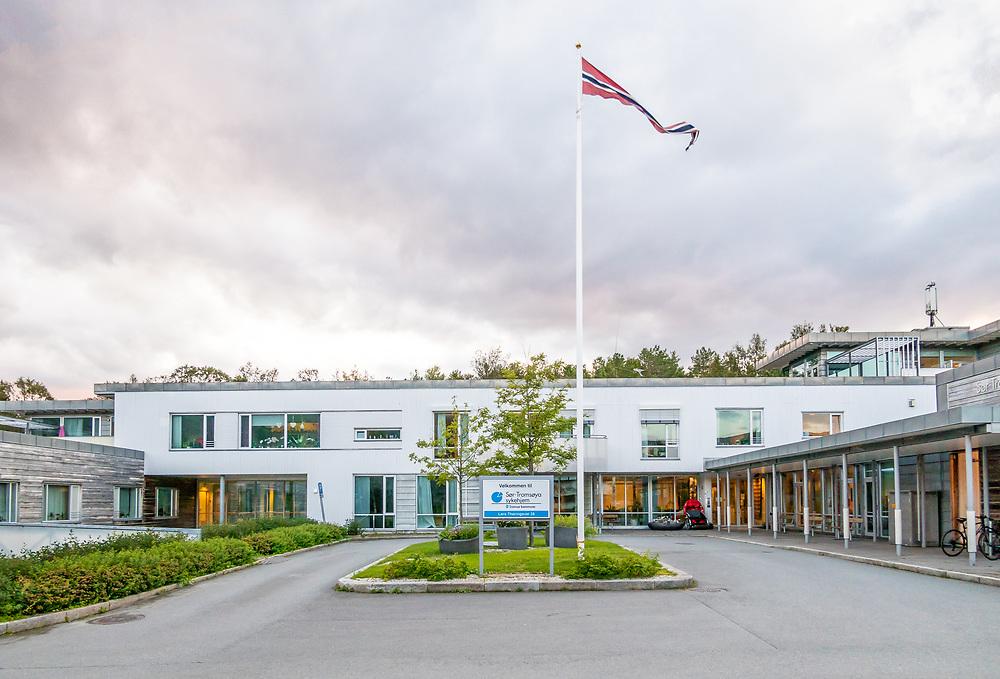 Sør-Tromsøya sykehjem har 82 enerom, samt to isolat. Sykehjem er institusjoner for pasienter som ikke greier seg i eget hjem.