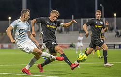Søren Henriksen (Vendsyssel FF) forsøger at blokere indlæg fra Sebastian Czajkowski (FC Helsingør) under kampen i 1. Division mellem FC Helsingør og Vendsyssel FF den 18. september 2020 på Helsingør Stadion (Foto: Claus Birch).
