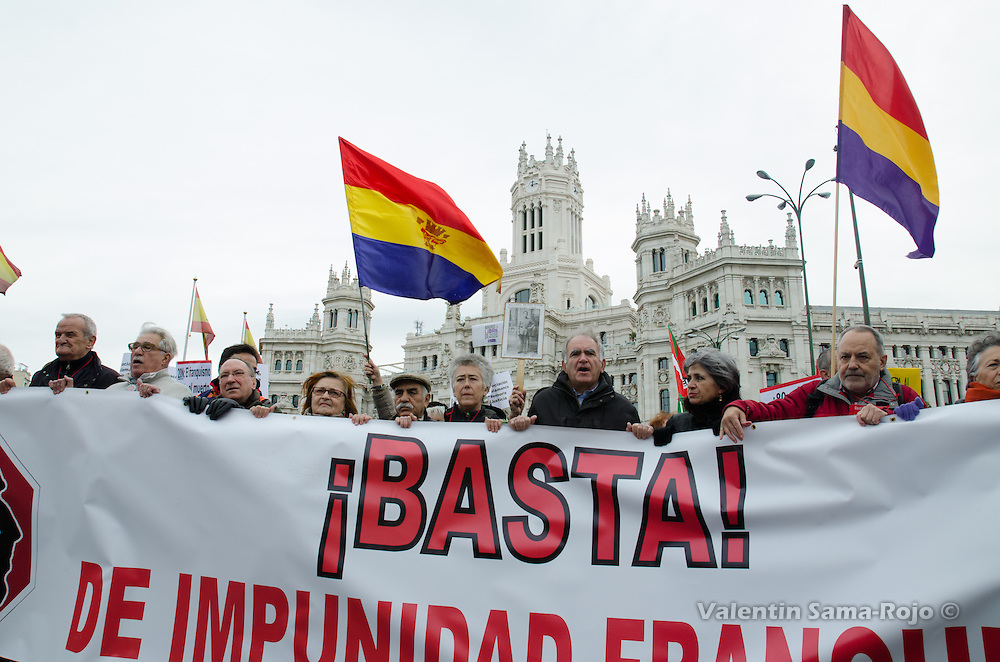 Main banner of the demonstration aginst fracoism impunity with Madrid city hall in the background.