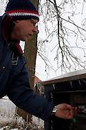 Rayonbeheerder Klaas Frieswijk van Wetterskip Fryslân stelt het gemaal Dwersfeart in Gorredijk in werkking.