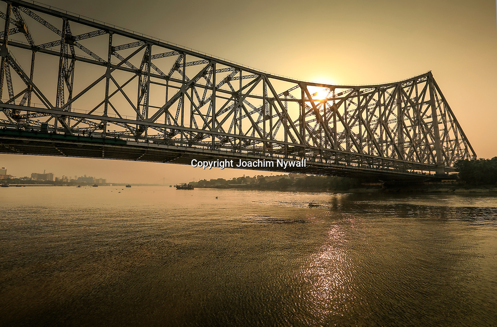 20171028 Kolkata Calcutta Indien<br /> Kumartuli folkliv<br /> På passagerare färjan som transporterar folk kors och tvärs över Ganges eller Hooghly floden<br /> Howrah bron<br /> <br /> ----<br /> FOTO : JOACHIM NYWALL KOD 0708840825_1<br /> COPYRIGHT JOACHIM NYWALL<br /> <br /> ***BETALBILD***<br /> Redovisas till <br /> NYWALL MEDIA AB<br /> Strandgatan 30<br /> 461 31 Trollhättan<br /> Prislista enl BLF , om inget annat avtalas.
