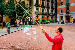 A man making bubbles in the  Fossar de les Moreres, Barcelona, Catalonia, Spain<br /> <br /> (c) Andrew Wilson | Edinburgh Elite media