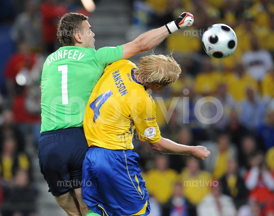 FUSSBALL EUROPAMEISTERSCHAFT 2008  Russland - Schweden    18.06.2008 Torhueter Igor Akinfeev (RUS, links) faustet den Ball gegen Petter Hansson (SWE).